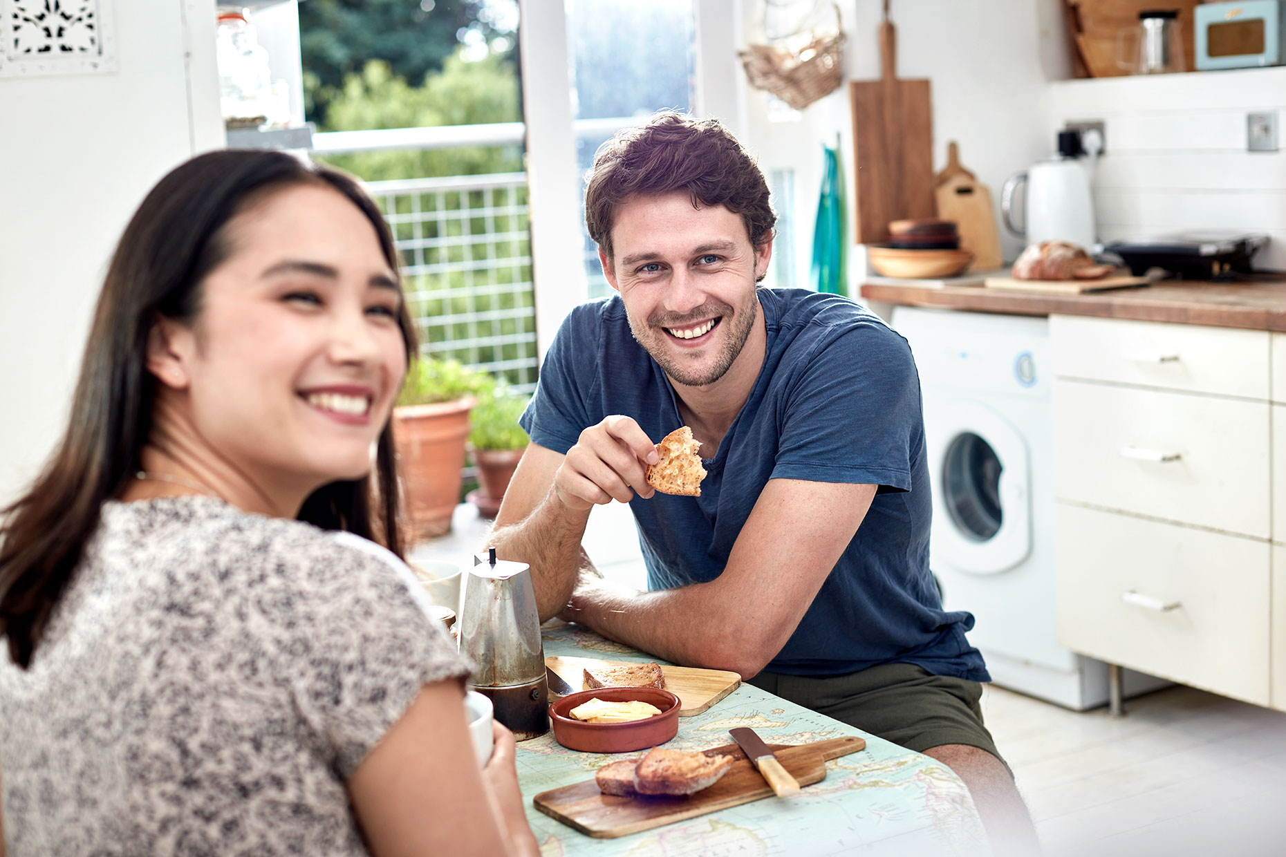 couple-having-breakfast-in-kitchen