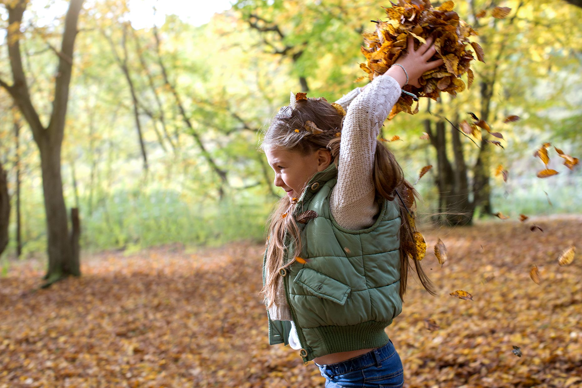 girls-throwing-leaves