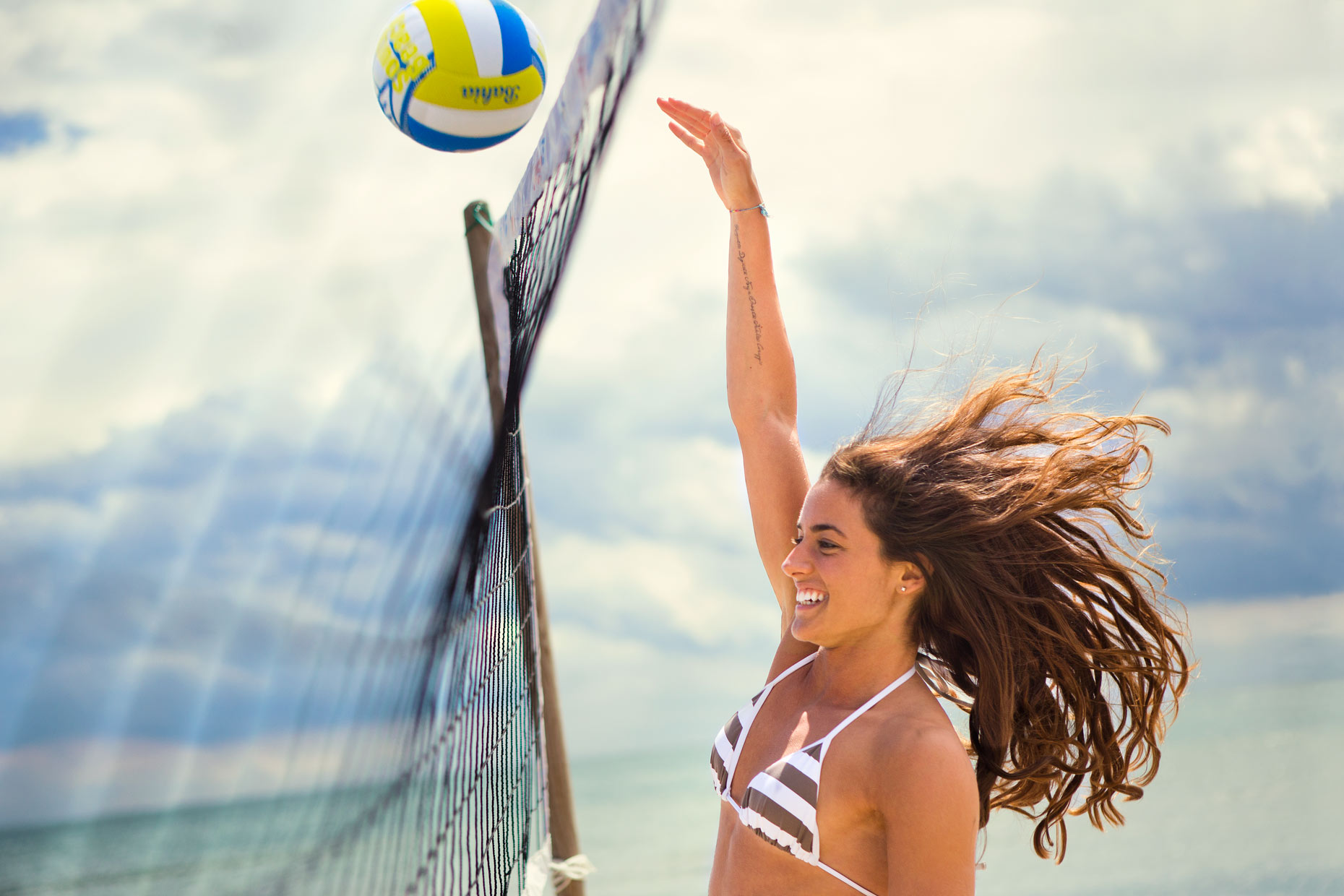 technogym-woman-playing-vollyball